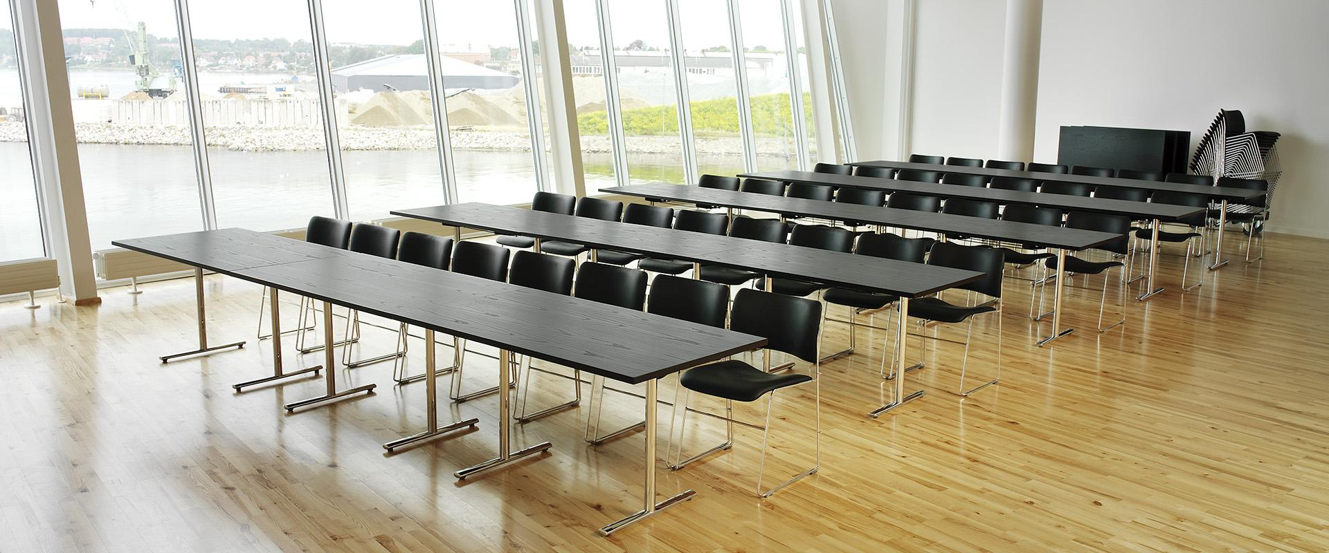 Tempest table and 40/4 chairs kulturoen